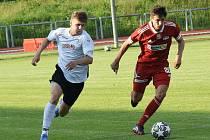 Podruhé za sebou dokázali fotbalisté Velkého Meziříčí (v červeném) zápas rozhodnout ve svůj prospěch teprve v nastaveném čase.