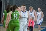 Hráčka i trenérka žďárských basketbalistek Věra Stočková (vpředu v bílém) má zkušeností doslova na rozdávání.
