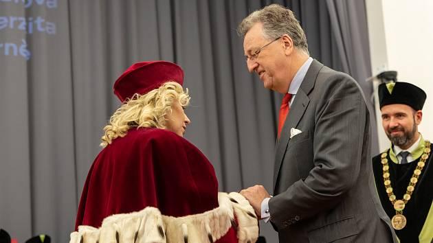 Zlaté medaile univerzita udělovala u příležitosti stého výročí vzniku.