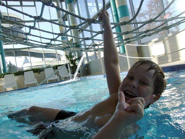 Z prvního otevíracího dne v novém žďárském bazénu.