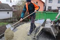 Uzavírka v obci Počítky skončila. Ještě včera ale dělníci jihlavské společnosti COLAS CZ finišovali s dostavbou chodníků podél nové silnice.