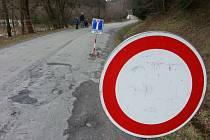 Silnice z Vojnova Městce do Košinova byla dva dny uzavřená. Při vichřici ze soboty na neděli na ni popadaly stromy.