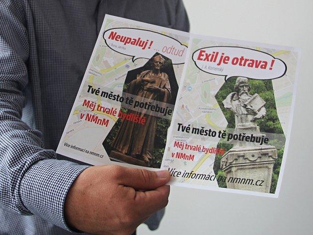 Novoměstský starosta Michal Šmarda ukazuje nové poutače, které jsou rozmístěny ve městě.