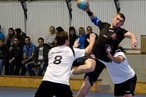 Házenkáři Olomouce (v bílém) velkomeziříčského Romana Matušíka nezastavili. Nejlepší střelec domácích přispěl k překvapivé výhře 29:28 sedmi góly. Hosté se tak vraceli na Hanou s první porážkou v sezoně.
