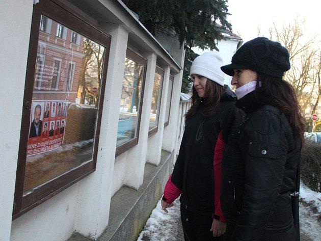 lice Školní je místem, kde jsou pravidelně v Novém Městě na Moravě zveřejňovány různé informace. Díky tomu, že se nachází nedaleko centra, jsou tamní vývěsní skříňky hodně čtené. Od března tam budou viset i smuteční oznámení.