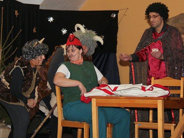 Zaměstnanci Ústavu sociální péče zahráli pro své klienty také divadlo.