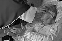 """""""Nemocné ženě jsme s kolegyní zprostředkovaly duchovní službu, u které jsme byly přítomny. Se svolením nemocné i její rodiny jsem se pokusila tyto vzácné chvíle zachytit,"""" řekla Marie Miličková ke svému snímku, který získal 2. místo v kategorii Portrét."""