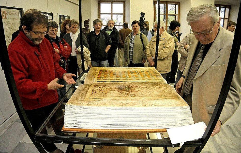 Napodobenina největší ručně psané knihy na světě Codex gigas je až do 23. května k vidění v prostorách Výstavní síně Staré radnice ve Žďáře nad Sázavou.