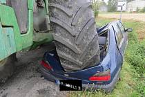 Traktor zdemoloval osobní auto, řidička jako zázrakem přežila