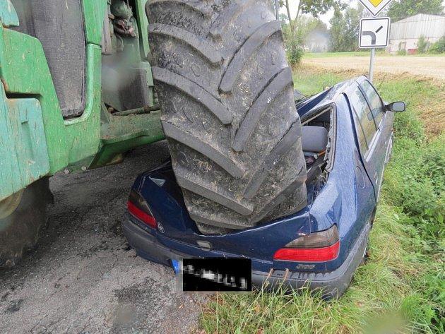 traktor zdemoloval auto idi ka jako z zrakem p e ila. Black Bedroom Furniture Sets. Home Design Ideas