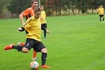 Fotbalistům Hamrů (ve žlutém) úvod nového ročníku okresního přeboru příliš nevyšel, ze dvou zápasů mají pouze bod. To Bobrová (v oranžovém) je stoprocentní.