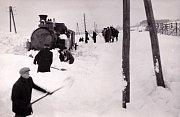 Vyprošťování zapadlé lokomotivy nedaleko Sázavy.