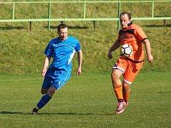 Zatímco předchozí tři kola fotbalisté Radešínské Svratky (v oranžovém Zdeněk Starý) naplno bodovali, v neděli jim udělil pořádnou lekci Velký Beranov.