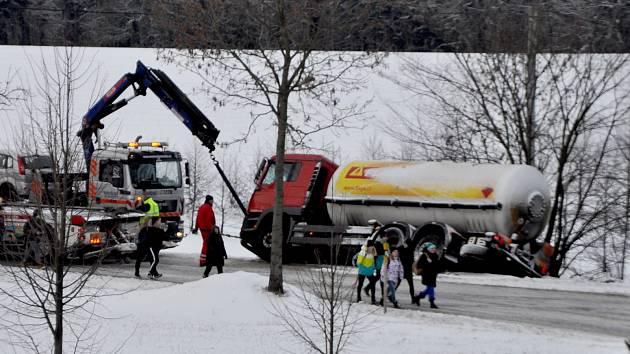 Prázdnou cisternu na plyn vyprošťovali z příkopu na konci Moravce ve směru na Bobrovou na Žďársku ve čtvrtek odpoledne. Omezil se tím provoz na frekventované komunikaci.