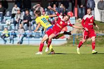 Fotbalisté Velkého Meziříčí (v červeném) dostali od trenéra Jana Šimáčka volno. Třetiligový mančaft se k zahájení letní přípravy sejde poslední květnový den.