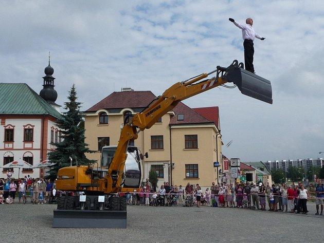 Milostné duo pro bagr a tanečníka v představení Něžný bagr viděly v sobotu dopoledne na náměstí Republiky stovky diváků.
