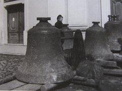 Zvony Karel, Maria a Luitgarda i Pozdvihovánek se na věž po roce 1942 nevrátily, mají být v Hamburku.