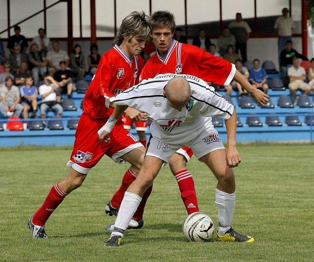 DAŘÍ SE NAPŮL. Fotbalisté Velkého Meziříčí (v tmavém) vstřelili během dvou zápasů, čtyři góly. Ovšem už třikrát inkasovali.