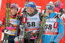 Tři ze čtyř závodů opanovali v Novém Městě Norové. Jedině v závodě mužů jim triumf vyfoukl Francouz Maurice Manificat (uprostřed).