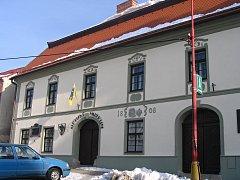Suvenýry s bystřickou tematikou lze zakoupit v turistickém informačním centru, jež sídlí v budově muzea na náměstí.