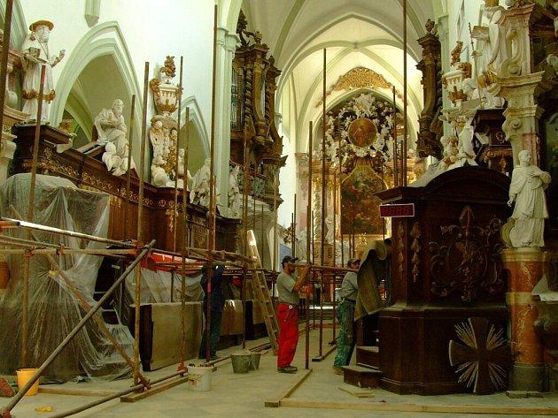 Snímek z obnovy klášterního kostela Nanebevzetí panny Marie.