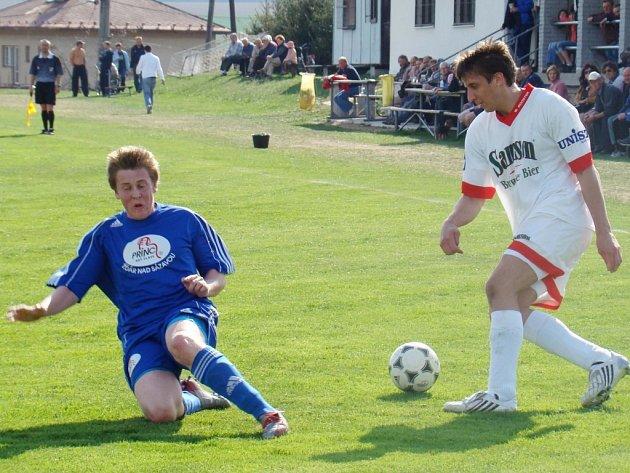 I když fotbalisté Rozsoch (v modrém) na domácím hřišti nad Stonařovem vedli, jednobrankový náskok do konce utkání neudrželi. Utkání dvou loňských sestupujících z I. A třídy skončil dělbou bodů.