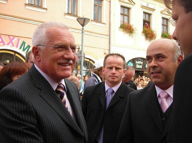 Prezidenta přivítal starosta Velkého Meziříčí František Bradáč. (vpravo)