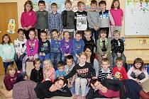 Na fotografii jsou žáci ze Základní školy v Bobrové. První třída paní učitelky Ivony Čermákové (vlevo dole) s asistentkami Sárou Pártlovou Novákovou (vpravo dole) a Simonou Prokopovou (dole uprostřed).