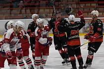 Druholigoví hokejisté Žďáru (v černém) jsou po odehrané první čtvrtině základní části letošního ročníku na solidní třetí příčce.