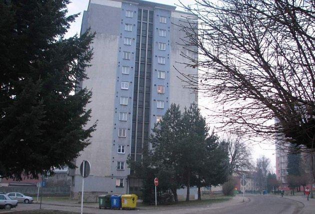 Okna městských bytů jsou hlavním jablkem sváru mezi občany a Novoměstskou správou budov.