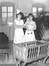 Z historie žďárské zdravotnické škol - vítání občánků na Staré radnici, únor 1986..