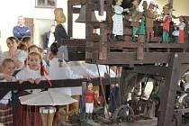 Děti ze žďárského folklorního souboru Kamínek tanci a písněmi pomohly otevřít letošní  turistickou sezonu v novoměstském Horáckém muzeu.