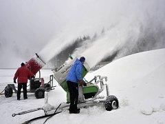 Osmnáct sněžných děl začalo zasněžovat areál novoměstské Vysočina arény před závody biatlonového Poháru IBU, které se uskuteční od 9. do 10. ledna.