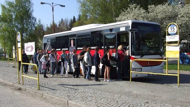 Šoférům autobusů a nákladních vozidel, jež splnili podmínky určené Mezinárodní unií silniční dopravy IRU, bývá každoročně udělováno ocenění Diplôme D´Honneur.