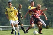 Fotbalisté Nové Vsi B (ve žlutém) si zajeli pro tři body přes kopec do sousední Radešínské Svratky.