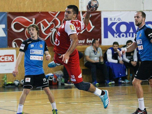 Bosenská opora v dresu Nového Veselí Nikola Sekulič (v červeném) se v sobotním utkání statečně pral s obránci Karviné. Jenomže jeden z jeho obranných zákroků posoudili rozhodčí jako nebezpečný a Sekulič viděl červenou kartu.