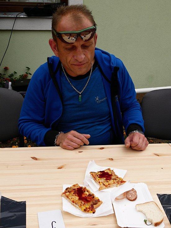 Ve Vírském Chilli Drakovi změřilo své síly deset příznivců pálivých pokrmů. Postupně vypadávali ti, kteří již nemohli v konzumaci předkládaného menu pokračovat. Na snímku bronzový Karel Svoboda.