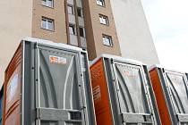 """Před """"hnědý věžák"""" byly nainstalovány mobilní záchody."""
