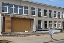 Hlavní vchod do kulturního domu v Bystřici nad Pernštejnem je mimo provoz, dovnitř se vstupuje přes vedlejší restauraci. Součástí aktuální rekonstrukce je rovněž výměna střechy a zateplení objektu.