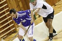Až v sedmém utkání vybojovali florbalisté Žďáru nad Sázavou (v bílém Petr Tlustoš) první body. Po páteční porážce v Pelhřimově (10:6) doma nečekaně porazili Královské Vinohrady. Tým ze špičky I. ligy vyprovodili výsledkem 8:6.