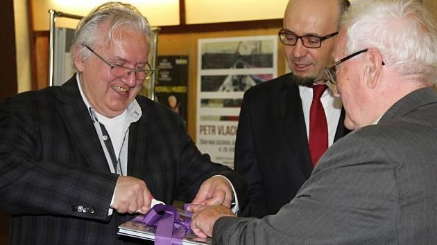 V rámci vernisáže nové výstavy fotografií v Kině Vysočina byla slavnostně pokřtěna i nová publikace nazvaná Zelená hora Žďársko Jana Santiniho, jejímiž autory jsou Jiří Kroupa (na fotografii vlevo) a Jan Sedlák.