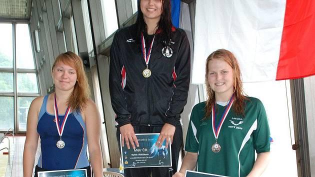 Hodně úspěšnou sezonu prožívá Sylvie Růžičková (uprostřed). Žďárská plavkyně se kromě pěti medailí na domácím šampionátu kvalifikovala také na mistrovství světa.