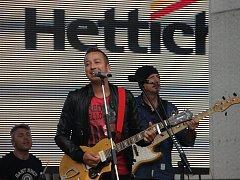Den otevřených dveří si ve Žďáře pro veřejnost připravila společnost Hettich. V sobotu si lidé mohli prohlédnout její výrobní prostory i produkty a pobavit se při doprovodném programu, ve kterém vystoupil hudebník Petr Bende s kapelou Eremy.
