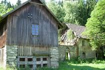 Chlébské - Soubor budovy mlýnice s obytnou částí (zděná patrová, se sedlovou střechou) a stodoly (zděná s bedněným patrem).