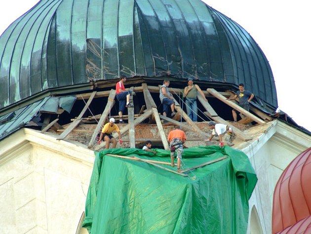 Provizorní oprava střechy kostela na Zelené hoře.