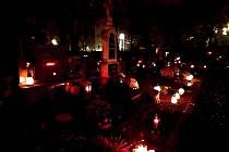 Přestože jiné roky bývá před Dušičkami novoměstský katolický hřbitov plný lidí, letos byly vidět jenom sem tam osamocené postavy. Nikdo se u hrobu dlouho nezdržoval. I jindy přeplněné parkoviště zelo prázdnotou.