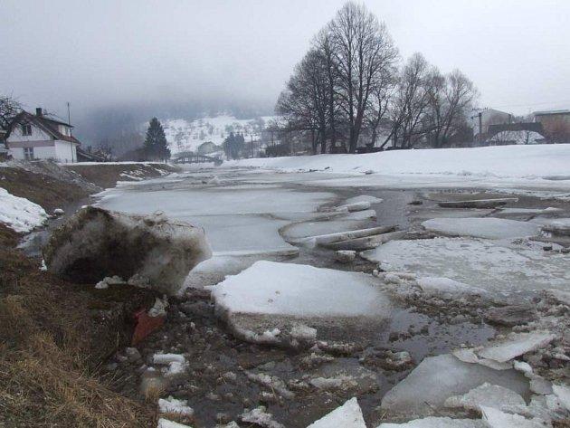 V létě deště, v zimě sníh. Řeka Svratka je pro Jimramov hrozbou.