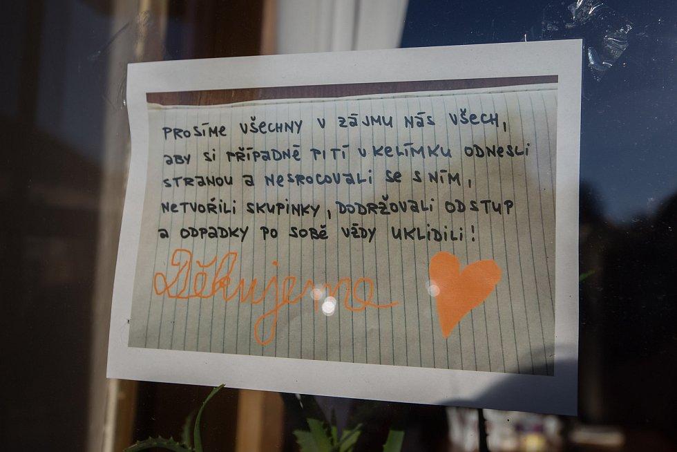 Prodej z okénka Hostince U Procházků při koronavirových opatřeních.