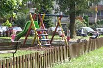 Na hřišti, které bylo postaveno nedávno ve Studentské ulici, si nových atrakcí užívají spokojené děti se svými rodiči. Brzy by se počet hřišť  měl ještě zvýšit.