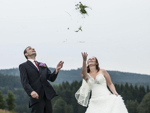 Většina snoubenců chce svůj svatební den prožít co nejromantičtěji. Čím dál častěji chtějí být oddáni mimo úřední místnost, na zahradě nebo na jiných netradičních místech, která jsou jim blízká a ke kterým je váže osobní vztah.